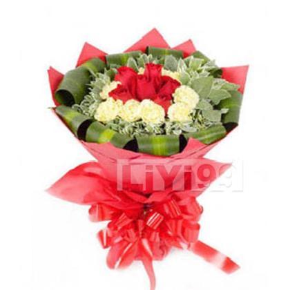顶级黄色康乃馨8枝,顶级红玫瑰6枝,高山积雪,巴西木环绕
