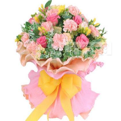 粉色康乃馨12支,桃红色玫瑰9支,香槟色龙胆、高山积雪、黄色小苍兰搭配丰满