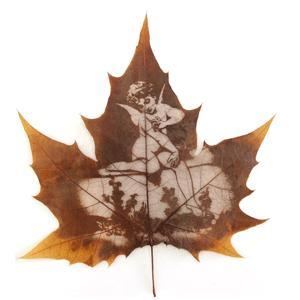 天使守护 天使守护梧桐树叶雕刻礼品一份(梧桐树叶雕刻画1幅+油木外框